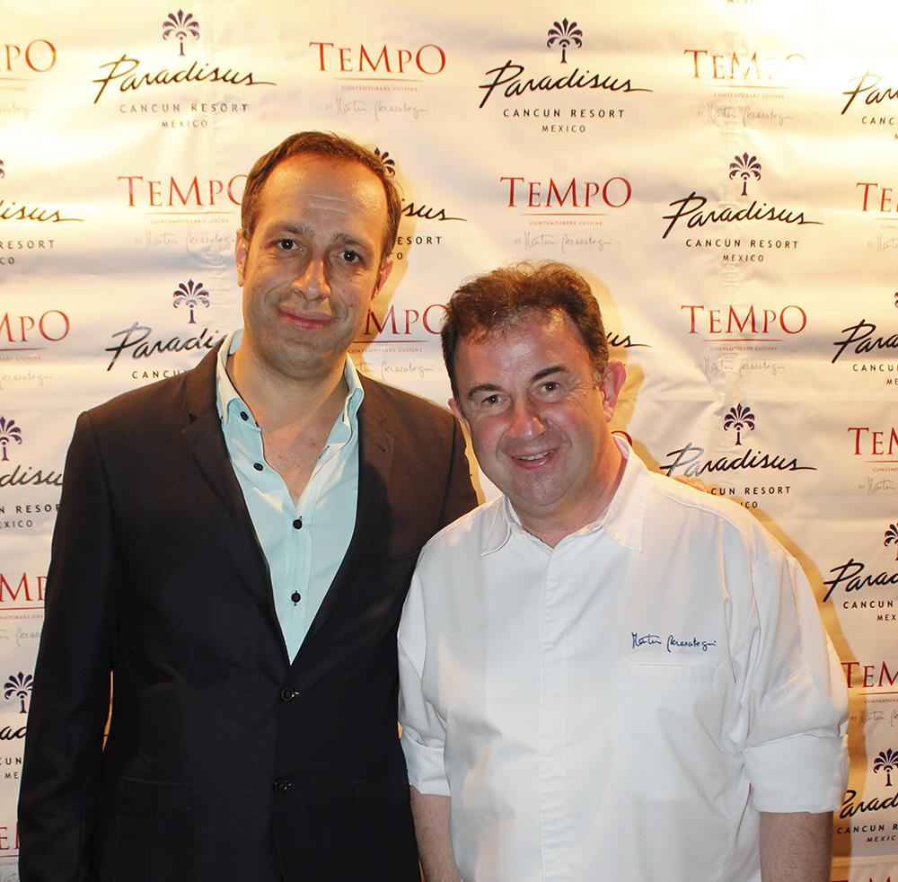 Santigo Rivera Nunez junto al