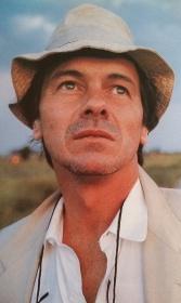 """Miguel Angel filmaba """"Una sombra ya pronto serás"""" en Mar de las Pampas y José Luis lo sorprendió mirando al horizonte."""