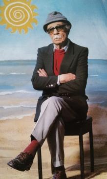 El señor de los Santos Lugares En 1996 José Luis retrató a Ernesto Sábato en la céntrica Plaza Lavalle y con un telón naif... Sábato en principio se negó. Será por eso la cara?